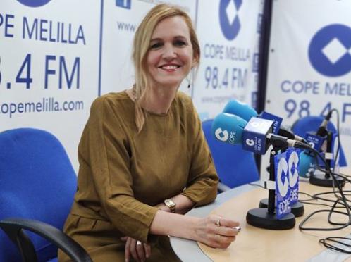 Elena Fernández Treviño atendiendo a los microfonos de COPE Melilla